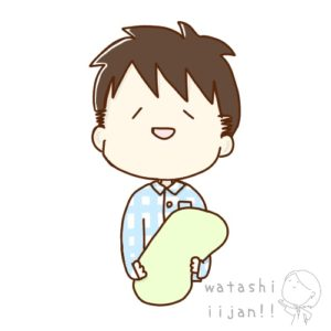 枕を抱くパジャマ姿の男性