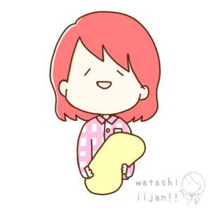 枕を抱くパジャマ姿の女性